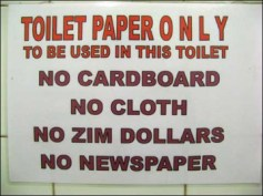 Només utilitzar paper higiènic en aquest WC. No llanceu cartró, draps, dòlars de Zimbàbue ni paper de diari.