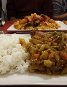 Yassa: arròs amb pollastre i salsa a base de ceba i altres hortalisses