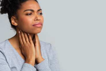 woman with itchy throat