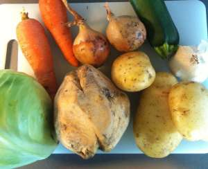 En bra soppa med en massa rotfrukter, några grönsaker och lite kött och kryddor!
