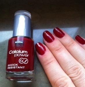 Rött nagellack nivea. Om att bara måla nageltippen.
