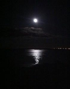 Måne, fullmåne, reflektion i havet