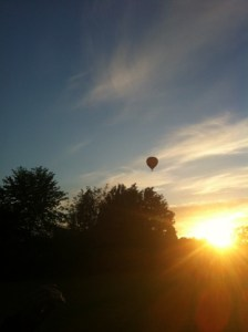 Luftballong i skymningen över stan