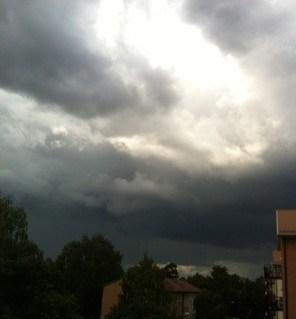 Svart himmel och åska. Hade en bålgeting på besök inomhus!