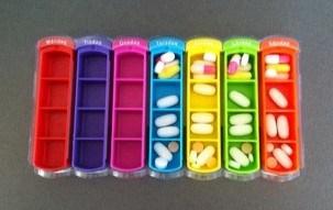 Ask med fack för att dosera piller, tablettdoserare. En riktig färgchock!