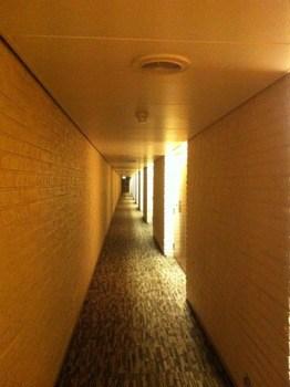 Korridoren i hotell Dragonen i Umeå. Om konst på hotell.