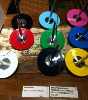 Bankpennan, en kulspetspenna i olika färger från Ballograf i ett plastställ.