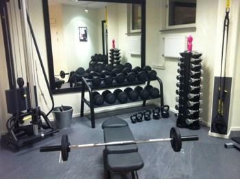Gym och fria vikter, bänkpress, träna