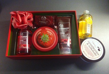 Födelsedagspresenter. God lukt från Body Shop! Kit med jorgubbsdoft.