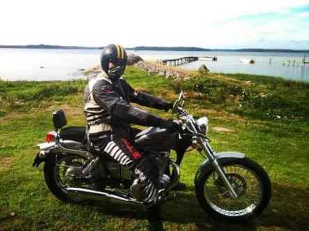 Älskaren R och hans nya motorcykel - en glidarhoj som är sommarens (eller livets) projekt.