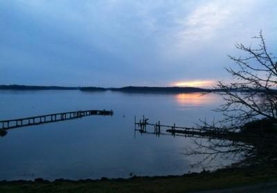 Solnedgång vid lantstället, vy över hav och brygga