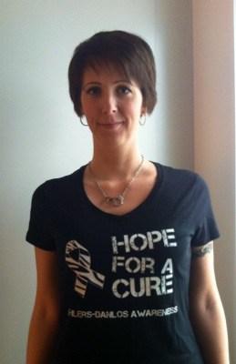 Arga Klara i t-shirt för medvetenhet om Ehlers-Danlos syndrom