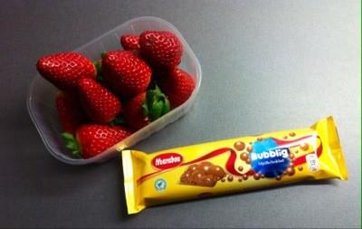 Mjölkchoklad med luftbubblor och jordgubbar, godis