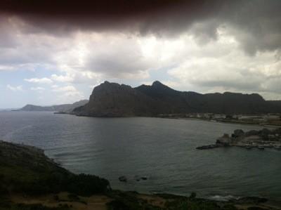 Vy över Rhodos, berg och hav.