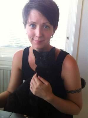 Arga Klara med sin svarta katt Bacon