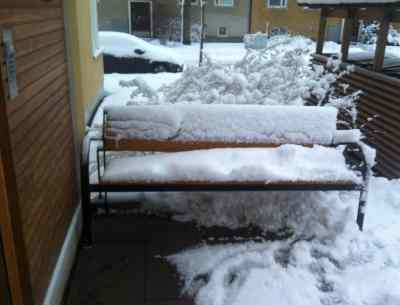 Bänk med snö. Är det tänkt att jag ska sitta här? Jävla mög.