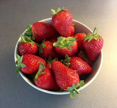 Årets första jordgubbar. Cake boss har ett matlagningsprogram där han lagat chokladdoppade jordgubbar.