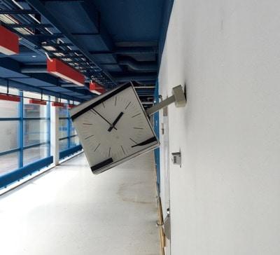 Klocka i Nyköpings lasarett. Tiden är ur led. Föreningen ska kolla ventilationen, det tar hela dagen!