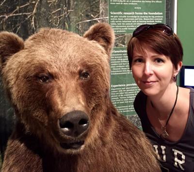 Arga Klara och uppstoppad björn