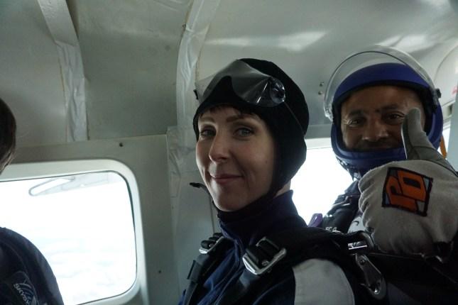 Klara Schmidtz flyger med instruktör för att hoppa fallskärm