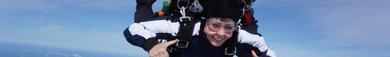Klara Schmidtz hoppar fallskärm, tandemhopp