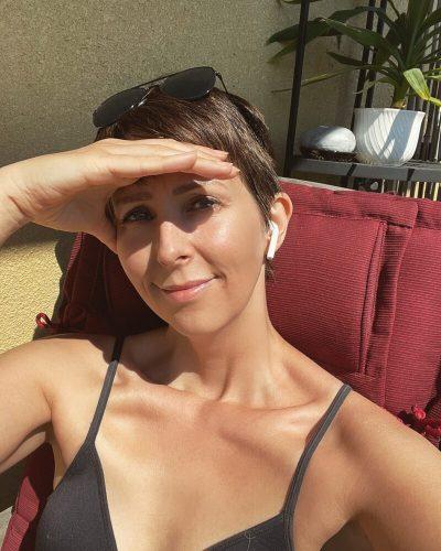 Klara Schmidtz solar på balkongen