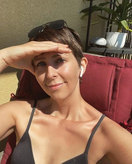 Klara Schmidtz solar på balkongen i världens bästa väder
