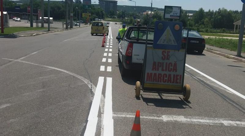 S.Ed.C. Mioveni lucrează la refacerea marcajelor rutiere în oraș