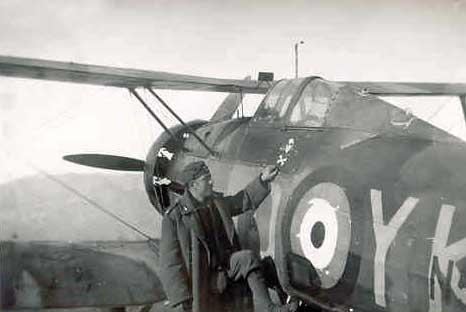 Σπάνια φωτογραφία ενός Gloster Gladiator MK 2 (καταδιωκτικό) που επιχειρούσε από το αεροδρόμιο της Παραμυθιάς : Καράμπελας Ιωάννης του Αναστασίου, Διαβιβαστής.