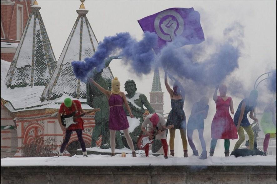 Pussy Riot spiller på Den røde plass i Moskva, med blå røyk og elektriske gitarer som artefakter.