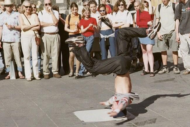 Breakdancer tar en headspin foran publikum i Wien.
