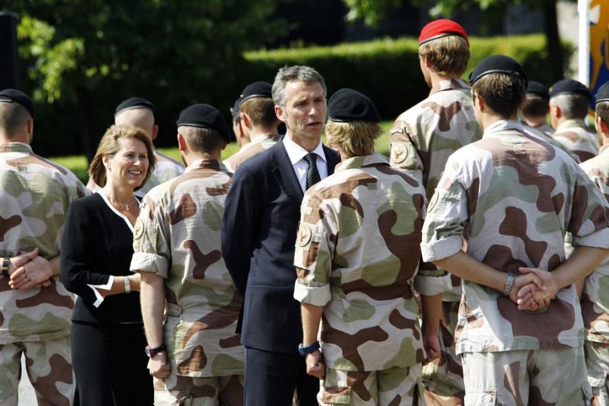 Daværende statsminister Jens Stoltenberg og forsvarsminister Grete Faremo deltar i en medaljeseremoni på Akershus Festning i 2010, i forbindelse med den norske militære tilstedeværelsen i Afghanistan. De slår av en prat med norske soldater.