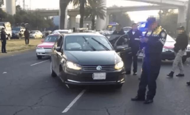 Le gana el paso a una camioneta en Periférico y el conductor le dispara