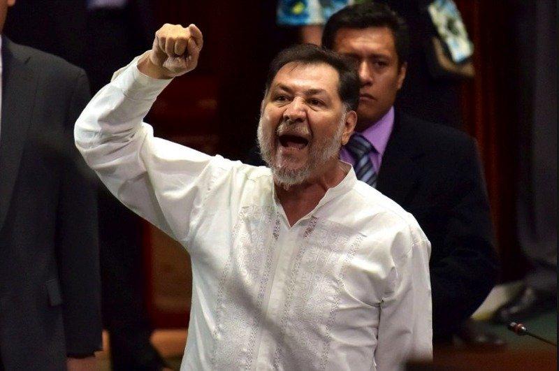 """Fernandez Noroña pierde su vuelo, """"Es culpa de AMLO"""" dice."""