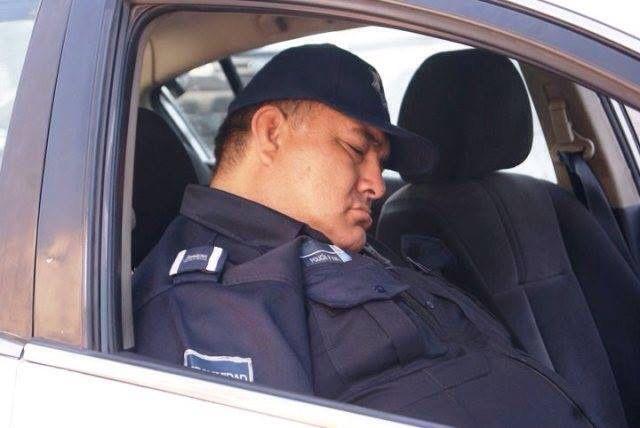 POLICIA DORMIDO
