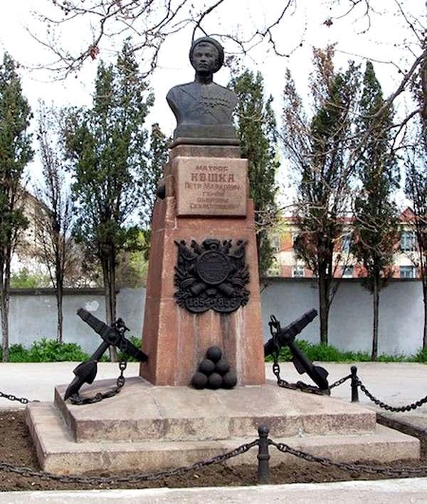 Памятник матросу Петру Кошке в Севастополе