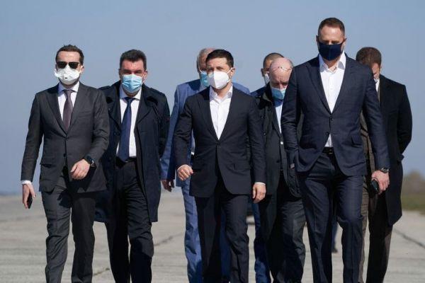Президент Украины Владимир Зеленский (в центре) и представители Офиса президента