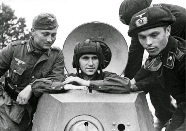 Фото:   Батальонный комиссар 29-й танковой бригады РККА В. Ю. Боровицкий с немец
