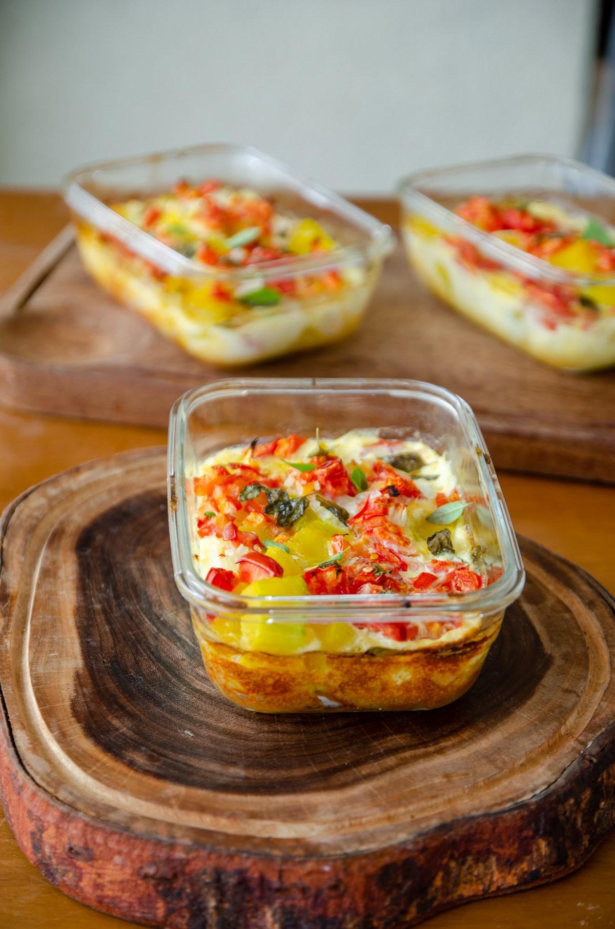 vasilhas de vidro individuais com o omelete de abobora ja assados