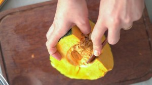 abóbora cortada em 1/4 retirando a semente - legumes assados