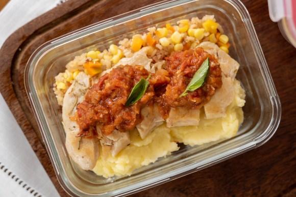 marmita da semana - arroz colorido, purê e filé de frango - para congelar