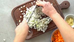 cebola em cubos para a sopa de lentilhas