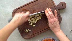 alho cortado na ponta da faca para a sopa de lentilhas