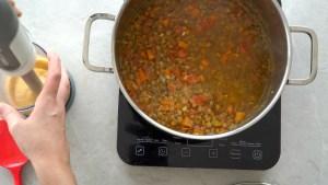 deixando a sopa de lentilha cremosa