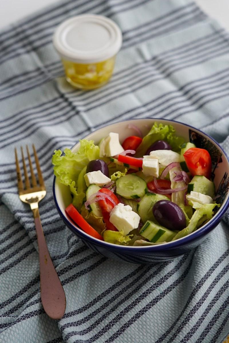 salada grega com alface americana