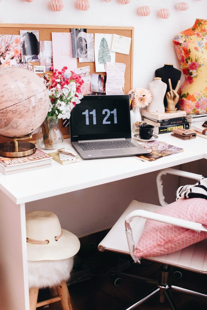 15 College Desk Essentials For the Best Study Environment