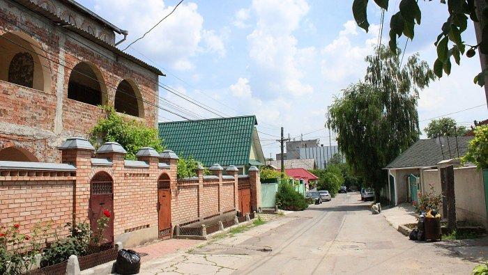 An empty street on a rich neighbourhood in Chișinău.
