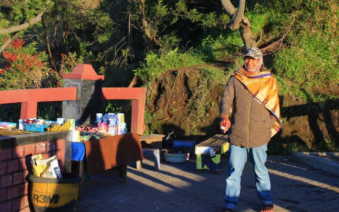 Local vendors sell drinks and snacks at the viewpoints.