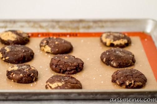 Salted Triple Chocolate Peanut Butter Swirled Brownie Cookies #vegan via www.arismenu.com