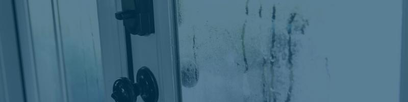 sinais visíveis de muita umidade em uma porta externa
